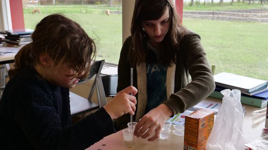 Leren door proefjes te doen Foto: Ariënne Dozeman/RTV Noord